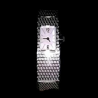 このコーデで使われているFENDIの腕時計[シルバー]