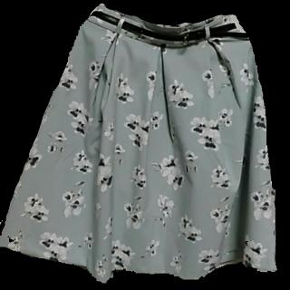 このコーデで使われているHONEYSのひざ丈スカート[ホワイト/ネイビー/ブルー]