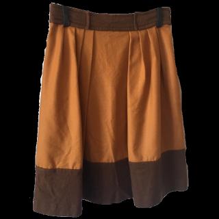 このコーデで使われているJUSGLITTYのひざ丈スカート[オレンジ]