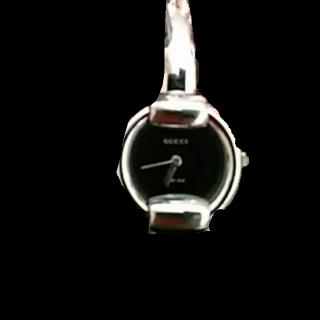 このコーデで使われているGUCCIの腕時計[ブラック/シルバー]