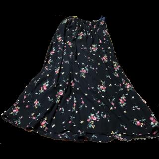 このコーデで使われているINGNIのマキシ丈スカート[ブラック/グリーン/イエロー/レッド]