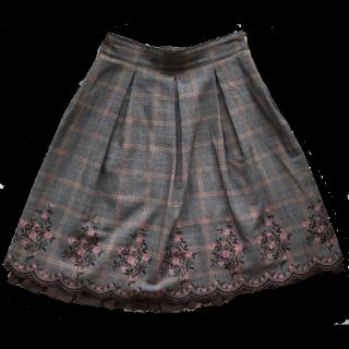 このコーデで使われているL'EST ROSEのひざ丈スカート[グレー/ブラウン]