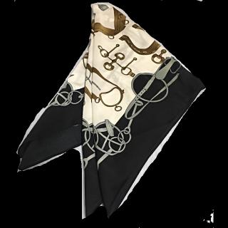 このコーデで使われているnano・universeのスカーフ[ブラック/ホワイト/ゴールド]