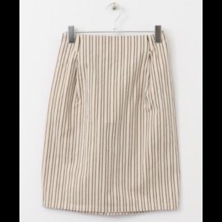 このコーデで使われているKBFのひざ丈スカート[ホワイト]