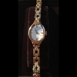 このコーデで使われているagateの腕時計[ゴールド]