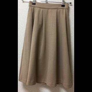 このコーデで使われているHONEYSのミモレ丈スカート[ベージュ]