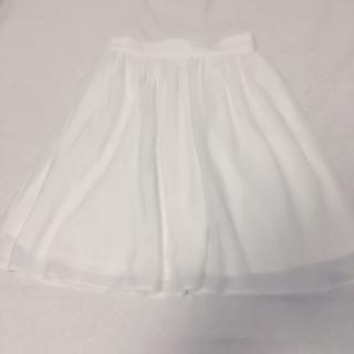 このコーデで使われているARROWのひざ丈スカート[ホワイト]