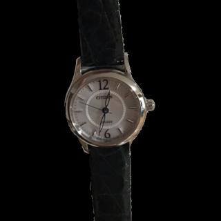 このコーデで使われているCITIZENの腕時計[ホワイト/ブラック]