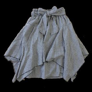 このコーデで使われているしまむらのひざ丈スカート[ホワイト/ブラック]