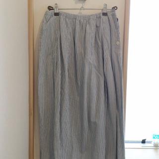 このコーデで使われているNATURAL LAUNDRYのスカート[ブルー]